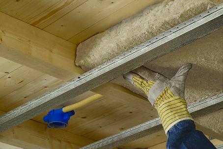 Zo isoleert u een plafond met isover steenwol for Houten vloer isoleren